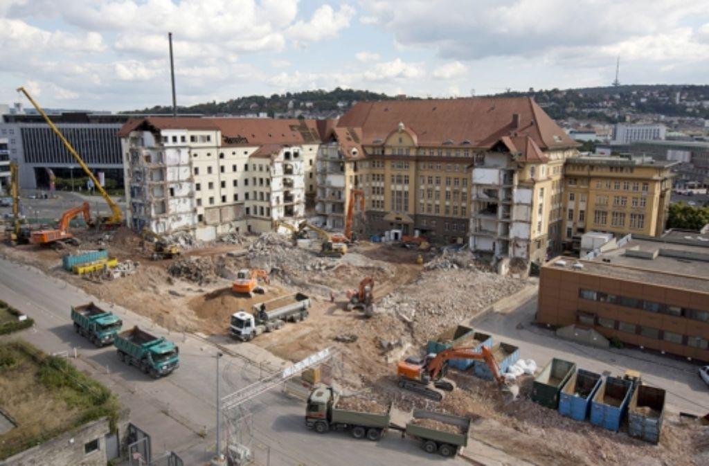 Der Teilabbruch der alten Bahndirektion hatte sich wegen brütender Turmfalken verzögert. Spätestens Anfang Oktober sollen die Arbeiten abgeschlossen sein. Foto: Steinert