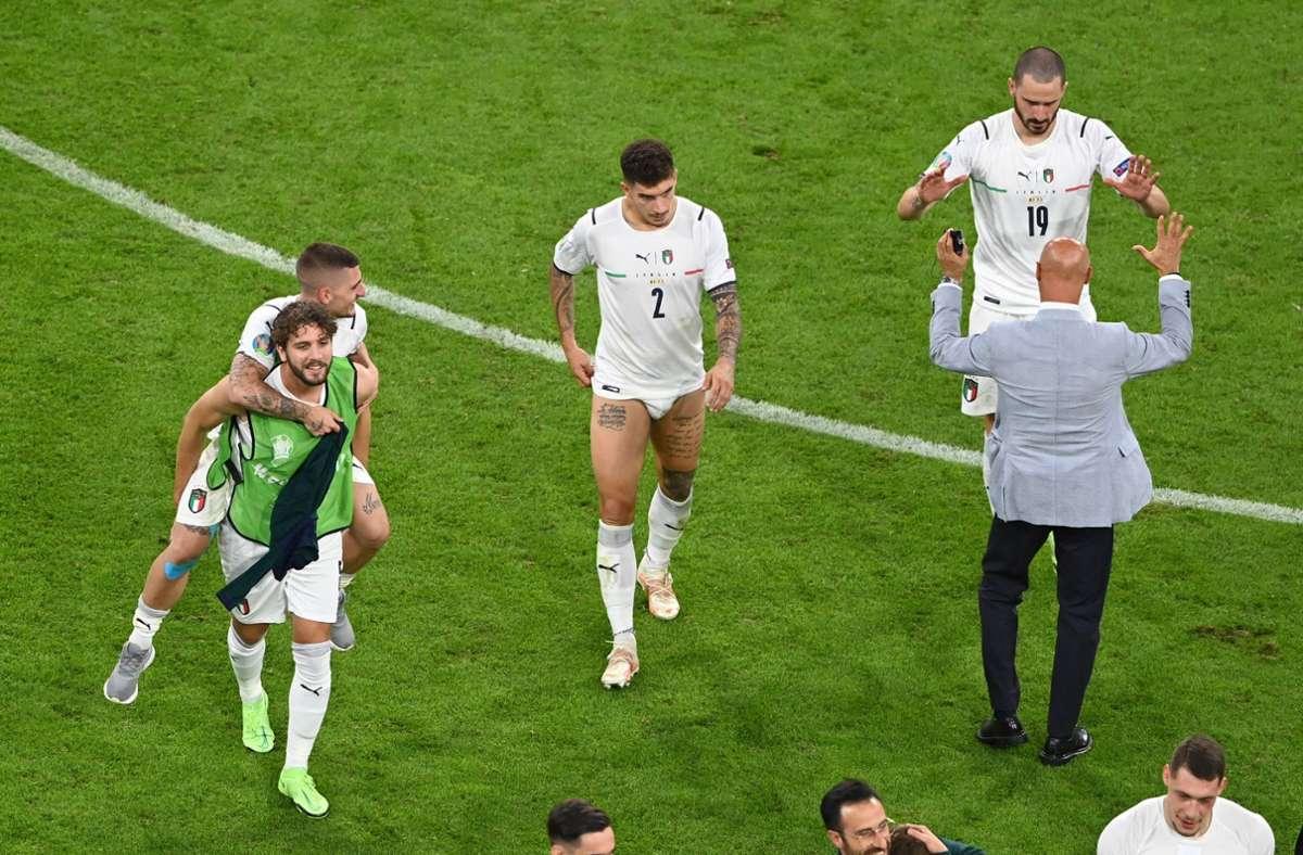 Einige Spieler gaben nach der Partie ihre Hosen ab. Foto: AFP/STUART FRANKLIN
