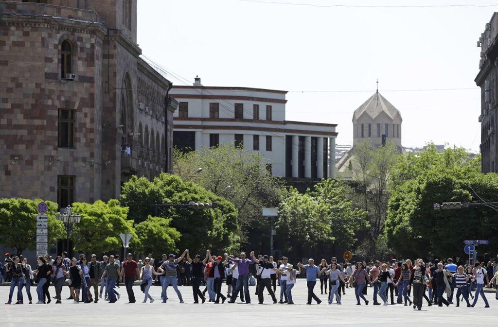 Die Menschen in Jerewan gehen weiter auf die Straße und demonstrieren auch am Tag nach der gescheiterten Wahl  Nicol Paschinjan zum Premierminister weiter gegen Korruption. Foto: dpa