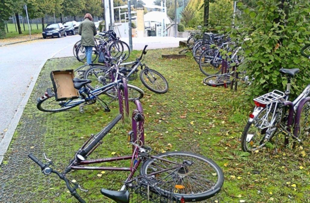 """Umgeworfene und teils demolierte Räder an der Haltestelle """"Waldau"""" – aufgenommen vor Kurzem. Foto: privat"""