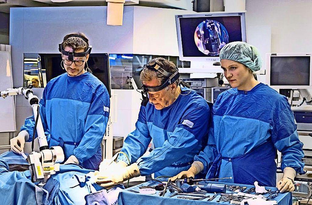 Ärzte der klinischen Anatomie in Tübingen operieren  am Leichnam. So wollen sie herausfinden, welche Verbesserungen Chirurgen wirklich brauchen. Foto: Michael Latz/BioRegio STERN Management GmbH