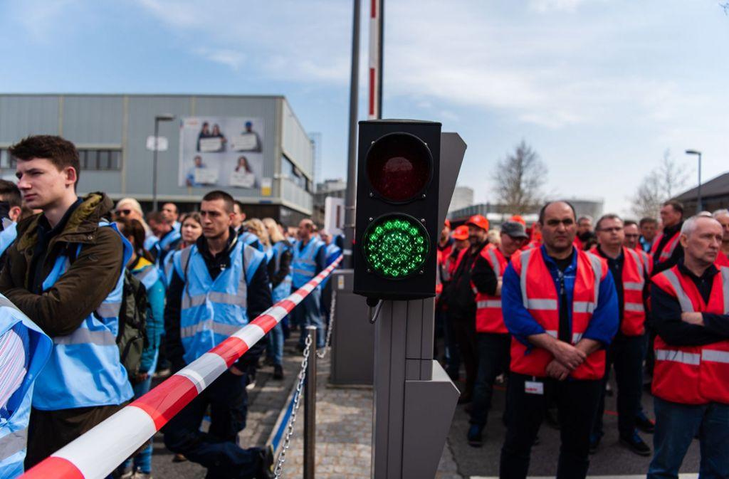 Die Mitarbeiter des Bosch-Werks hatten für ihre Zukunft demonstriert. (Archivbild) Foto: dpa/Nicolas Armer