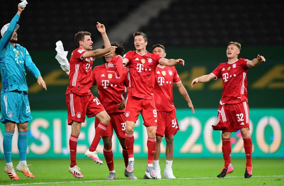 Die Bayern jubeln über den Pokalgewinn. Foto: dpa/Robert Michael