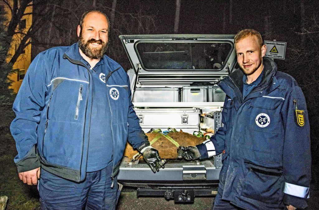 Daniel Kuhn (links) und Sven Denneler haben den Sprengkörper entschärft und auf ihren Pick-up geladen. Foto: 7aktuell/Marc Gruber