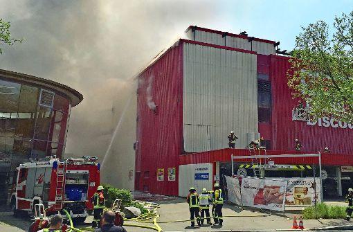 Feuer bricht in leerstehendem Möbelmarkt aus