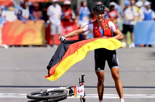 Sabine Spitz steigt vom Rad