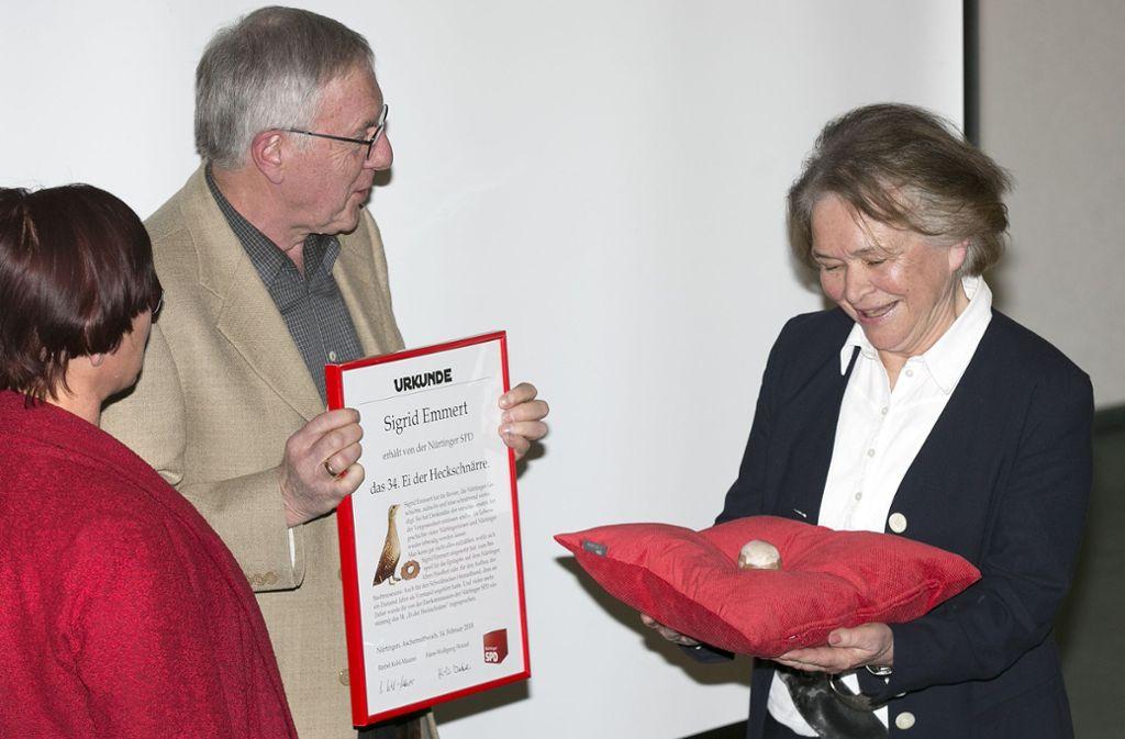 """Bärbel Kehl-Maurer (links) und Hans-Wolfgang Wetzel von der Nürtinger SPD überreichen Sigrid Emmert das """"Ei der Heckschnärre"""". Foto: Horst Rudel"""