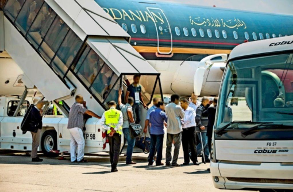 """""""Wo geht es nach St. Pauli?"""" Die ersten 131 von rund 370 libyschen Kriegsversehrten landeten im Juli 2013 in Stuttgart. Foto: Zweygarth"""