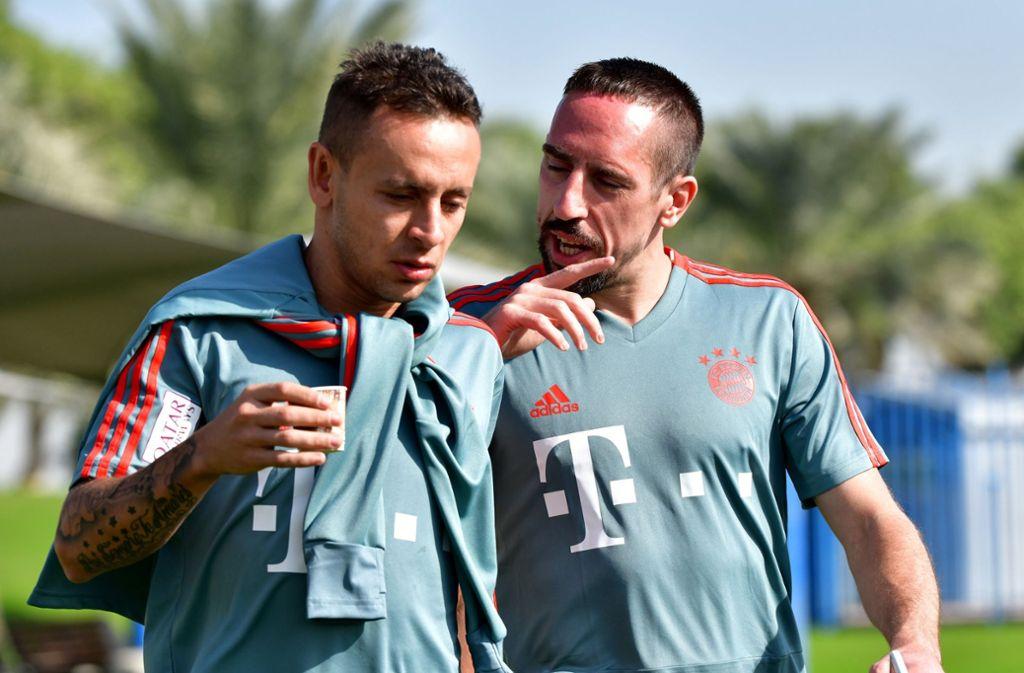 Franck Ribéry (re./mit Teamkollege Rafinha) kommt am Sonntag gut gelaunt zum Training des FC Bayern. Foto: dpa