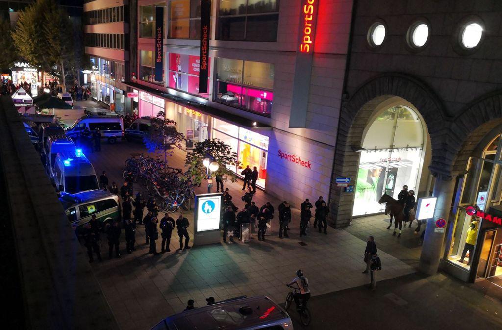 Einige Teilnehmer zeigten sich gegenüber den Polizisten aggressiv, mehrere Beamte wurde verletzt. Foto: Andreas Rosar  /Fotoagentur Stuttgart