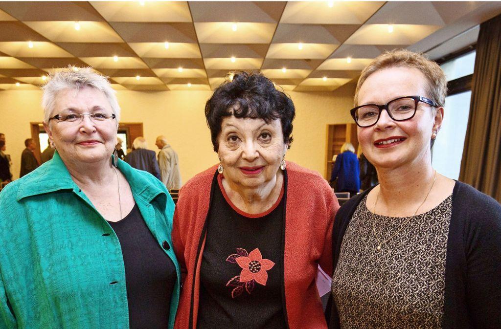 Ilona Abel-Utz  (links) und Christine Lipp-Wahl  vom Verein Haus Lauchheimer nehmen im Oktober 2017 Inge Auerbacher bei einem ihrer Besuche in Göppingen in die Mitte. Foto: Steinert/Archiv