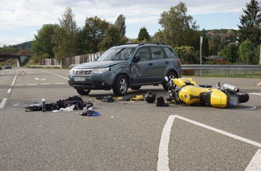 Motorradfahrer ringt nach SUV-Unfall mit dem Tod