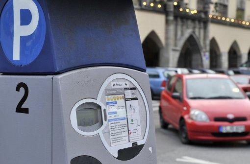 Autofahrer ohne Parkticket durchbricht Schranke