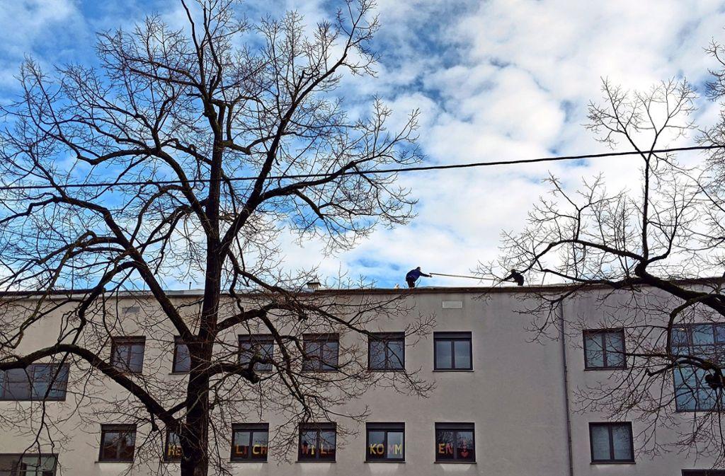 """Das """"Herzlich willkommen"""" an den Fenstern der Raitelsbergschule hat gestern ganz besonders für die Handwerker auf dem Dach gegolten. Foto: Jürgen Brand"""