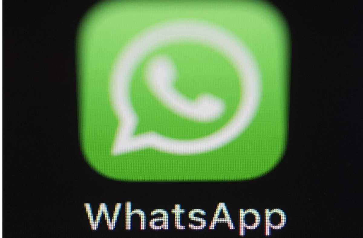 Nach und nach sollen wichtige Funktionen in WhatsApp abgeschaltet werden, wenn man den neuen Regeln nicht zustimmt. (Symbolbild) Foto: dpa/Silas Stein