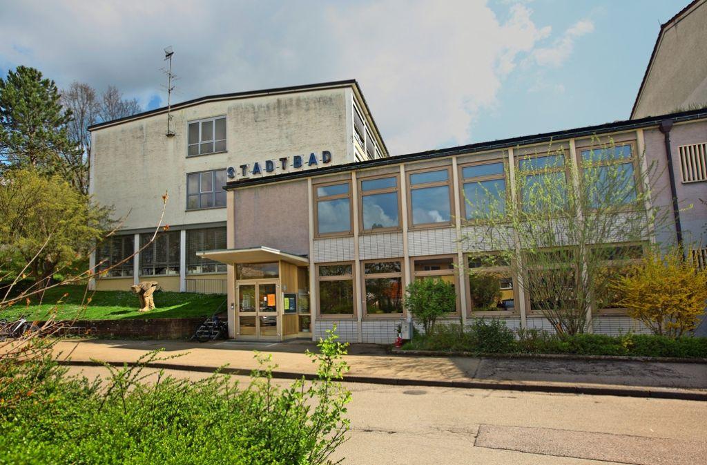 Das  Bad strahlt den  architektonischen Charme der 50er Jahre aus. Ob sich eine Sanierung lohnt, soll ein Gutachten entscheiden. Foto: Horst Rudel