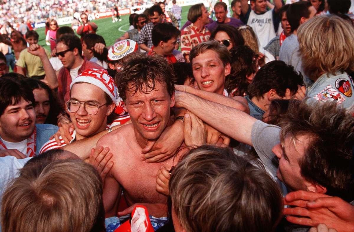 Guido Buchwald feiert nach dem Abpfiff mit den VfB-Fans die Meisterschaft. Foto: baumann/Baumann
