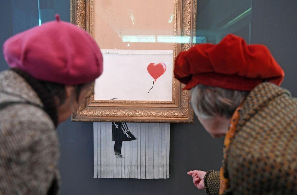 """""""Girl with Balloon"""" war Banksys bisher erfolgreichstes Werk. Durch das Schreddern wurde es zu """"Love is in the Bin"""". Foto: dpa"""