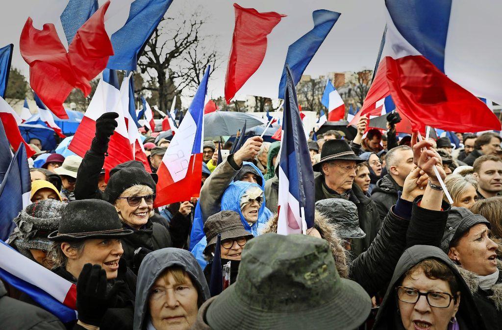 Die Demonstranten in Paris machen sich für Fillon stark und kritisieren damit die Justiz. Foto: AFP