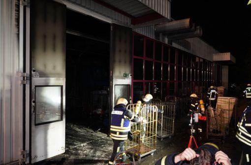Feuer bricht in Produktionshalle von  Textil-Firma aus