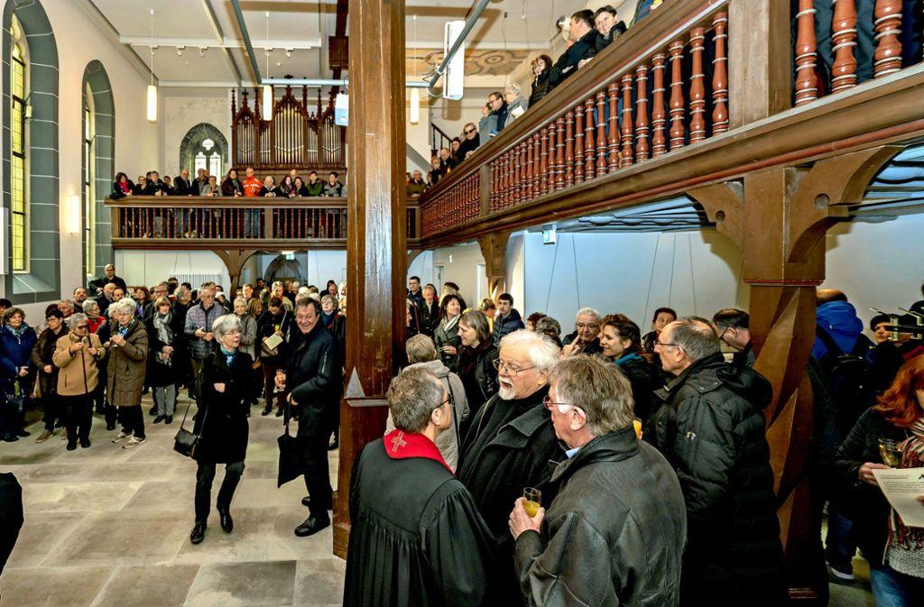 Zahlreiche Bürger  nehmen die sanierte Spitalkirche in Augenschein. Foto: factum/Weise