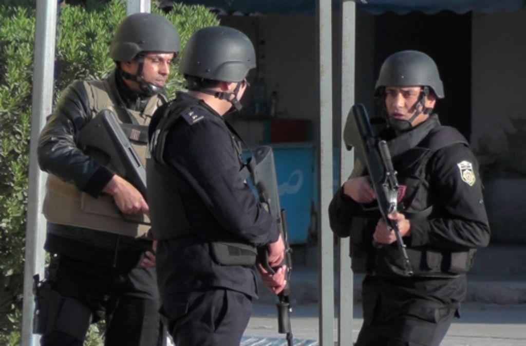 Während der heftigen Gefechte am Montag in der Stadt Ben Gardane nahe der Grenze zum Bürgerkriegsland Libyen sollen 35 Angreifer sowie 18 Sicherheitskräfte und Zivilisten ums Leben gekommen sein. Foto: AP