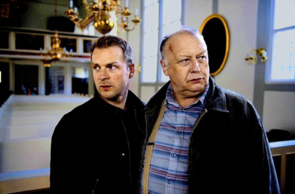 Privatdetektiv Finn Zehender (Hinnerk Schönemann, li.) und sein Freund Mühlfellner (Thomas Thieme) werden von gefährlichen Gangstern bedroht. Foto: ZDF