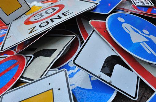 Jugendliche stehlen Verkehrsschilder
