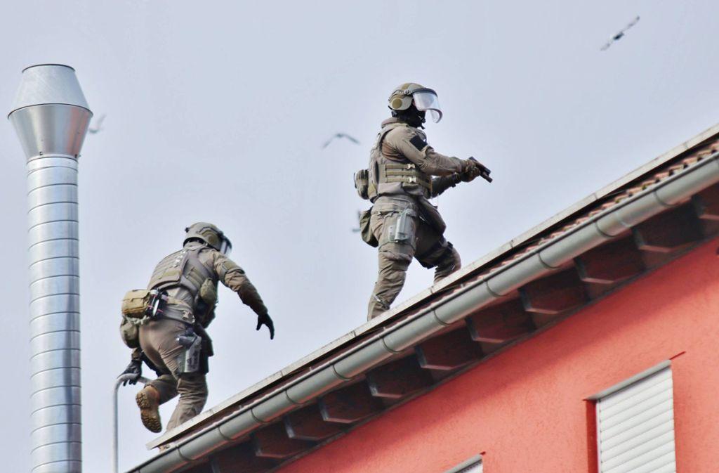 Vermummte, bewaffnete Beamte stürmten ein Haus in der Siemensstraße. Foto: 7aktuell.de/Kevin Lermer