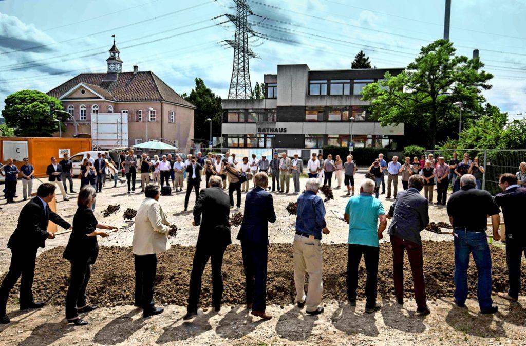 Aug' in Aug' mit den beiden Vorgängerbauten haben Wolfgang Benignus und seine Mitstreiter den Spaten gestochen. Foto: Michael Steinert