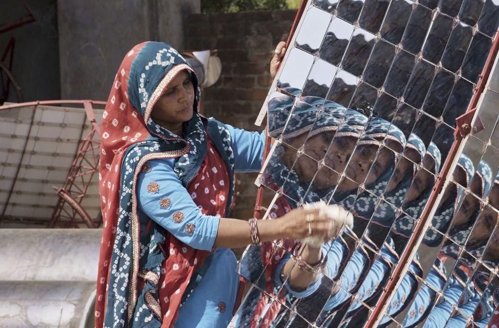 In der Barefoot Academy in Indien lernen Frauen, Solaranlagen zu bauen Foto: Verleih