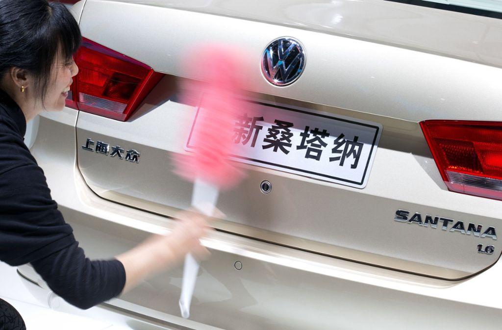 Eine Frau säubert auf der Messe Auto Shanghai das Heck eines Volkswagen Santana. Foto: Volkswagen