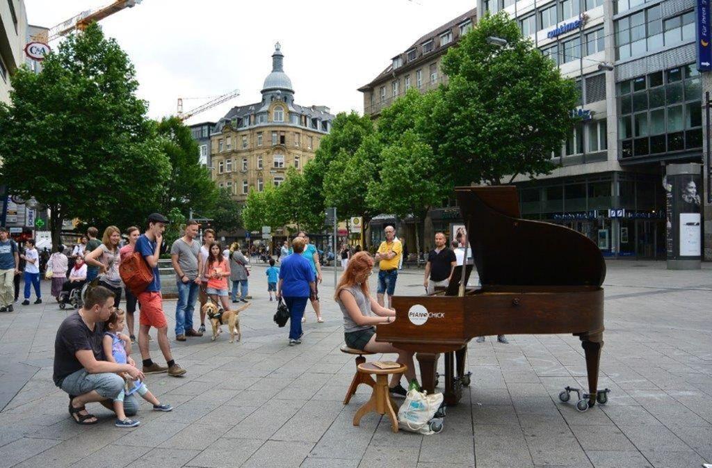 Bereits im vergangenen Jahr stand ein Flügel der Aktion auf dem Rotebühlplatz in Stuttgart. Foto: Open Piano for Refugees