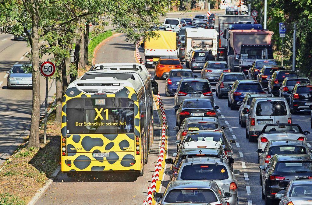 Ein Bus fährt in Stuttgart ungehindert und auf einer eigenen Fahrspur am Stau vorbei. Was in der Landeshauptstadt möglich ist, wird  bald auch in Ludwigsburg möglich sein. Foto: dpa/Sebastian Gollnow