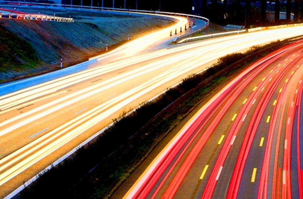 Die A8 an der Neuen Messe Stuttgart – Die Finanzierung der Verkehrswege im Land ist gestern heiß diskutiert worden. Foto: dpa