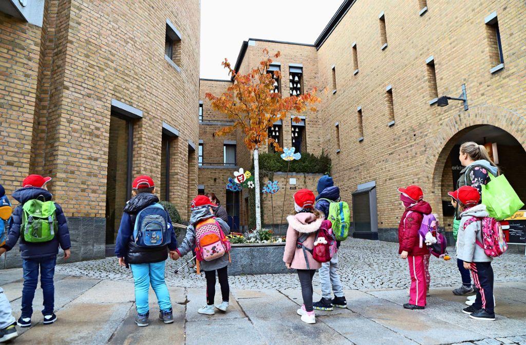 Sie sind unsere Zukunft: Fellbachs Kinder – hier lauschen einige von ihnen dem Glockenspiel im Rathaus-Innenhof. Foto: Patricia Sigerist