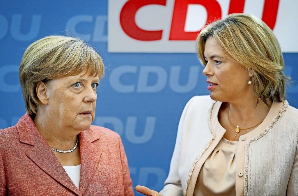 Gesprächsbedarf: CDU-Vize Julia Klöckner (rechts) fordert ein Burka-Verbot, Kanzlerin Merkel hält davon wenig, weil dies die Länder regeln müssten. Foto: dpa