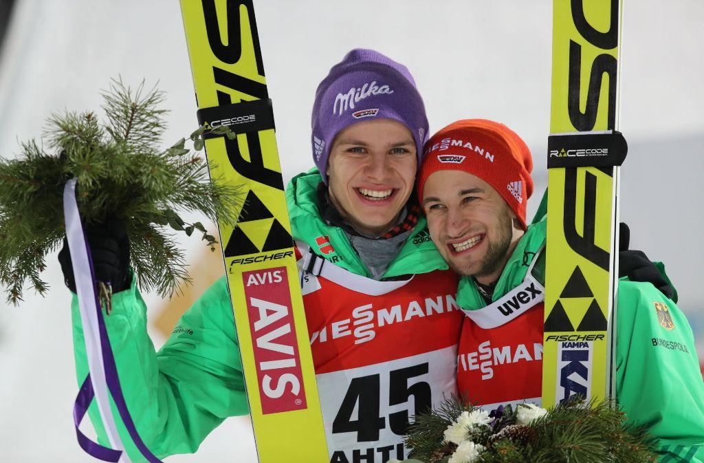 Andreas Wellinger (l) und Markus Eisenbichler aus Deutschland freuen sich über ihre Podestplätze bei der Flower Ceremony. Foto: dpa