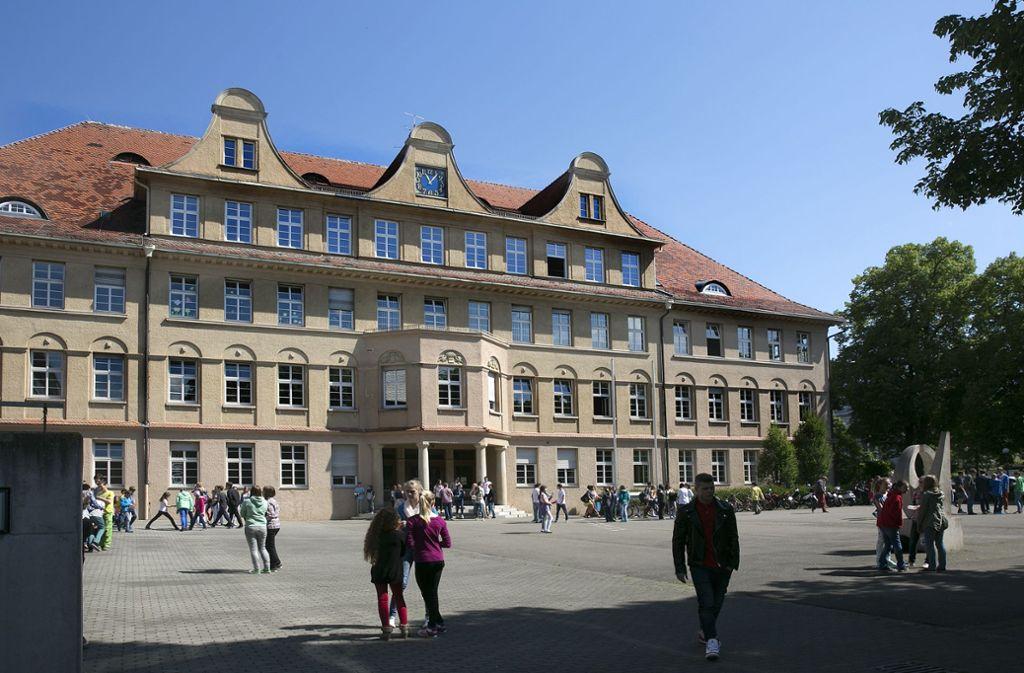 Schüler tummeln sich im Hof des Nürtinger Max-Planck-Gymnasiums. Foto: Horst Rudel