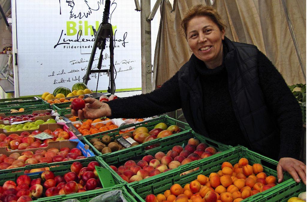 Altun Katmerci ergänzt das Angebot mit ihrem Obst- und Gemüsestand. Foto: C. Barner