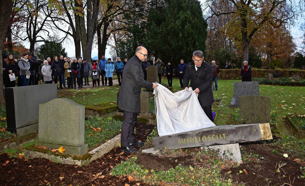 Der Göppinger Oberbürgermeister Guido Till (rechts) und sein Geislinger Amtskollege Frank Dehmer enthüllen die Gedenkplatte des Künstlers Uli Gsell. Foto: Horst Rudel