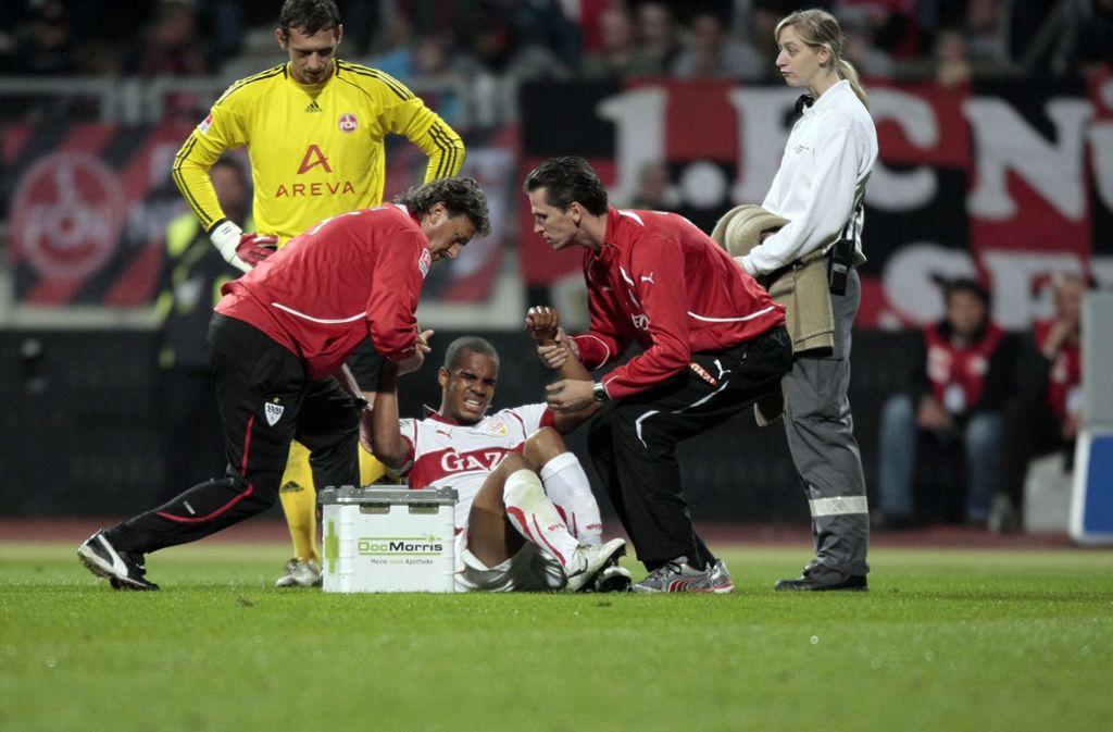 Daniel Didavi mit schmerzverzerrtem Gesicht – der VfB-Spieler kommt aber immer wieder auf die Beine. Foto: Baumann