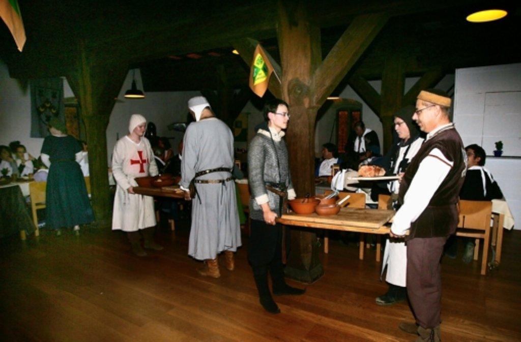 Gute Stimmung beim Rittermahl im Schleglerschloss. Foto: