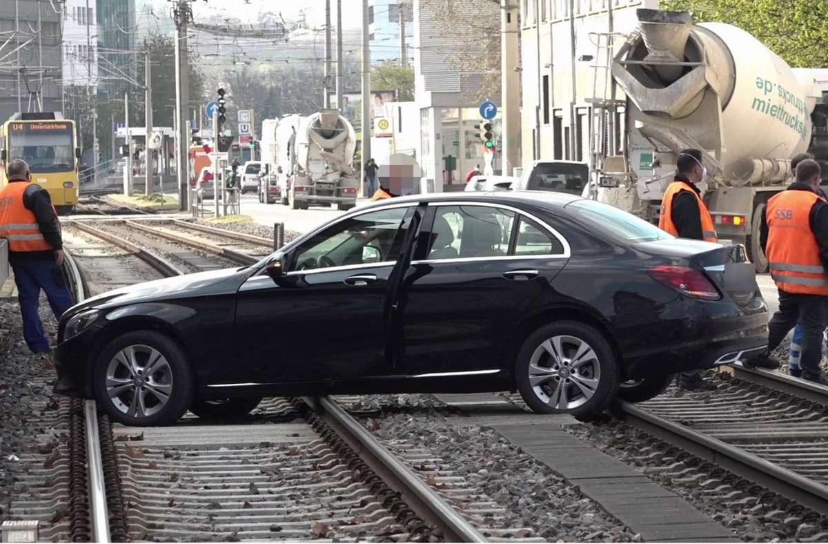 Der Mercedes landete im Gleisbett der Stadtbahn. Foto: 7aktuell.de/7aktuell