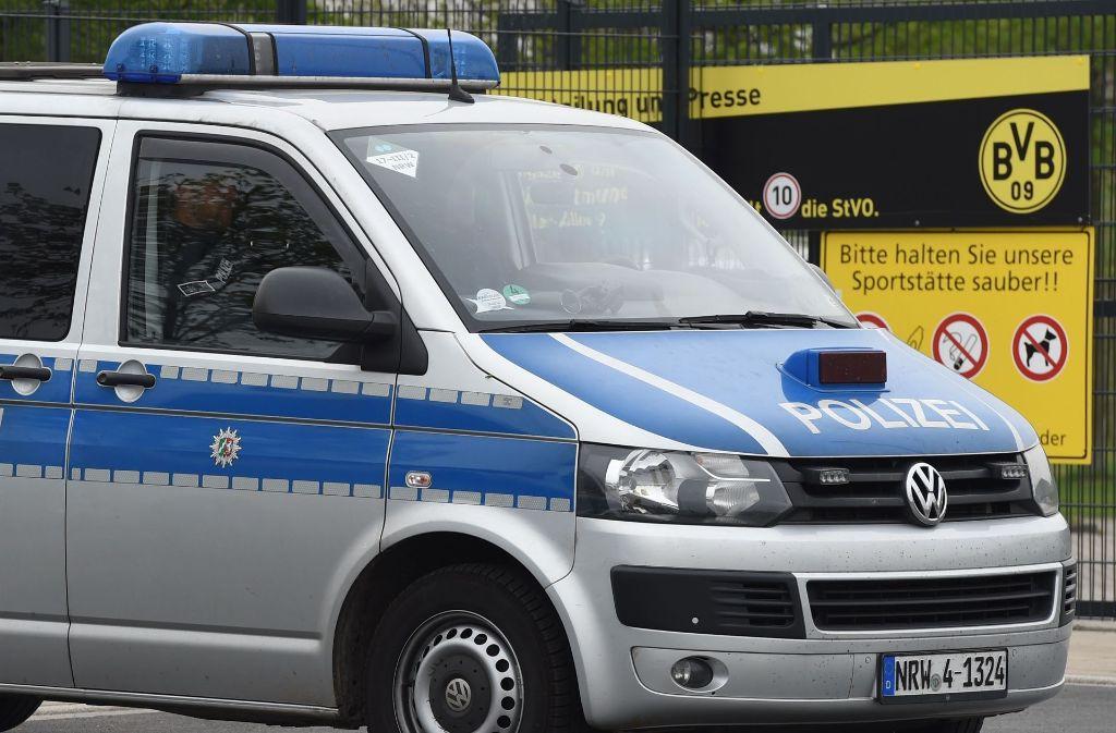 Am Tag nach dem Anschlag sicherten Polizeibeamte das Trainingsgelände des BVB in Dortmund ab. Foto: AFP