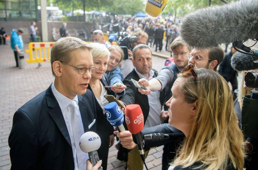 Anja Sturm und Wolfgang Heer, Pflichtverteidiger von Zschäpe, geben am Eingang zum Oberlandesgericht ein Interview. Foto: dpa