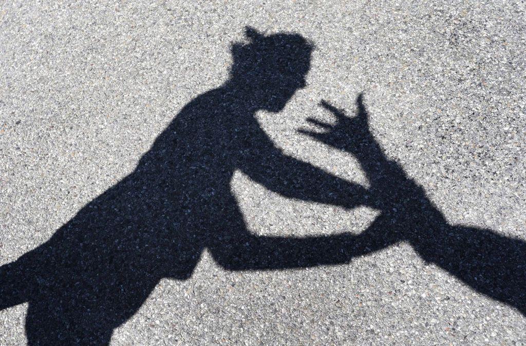 Ein Unbekannter hat eine Frau geschlagen, die ihn beruhigen wollte. (Symbolbild) Foto: dpa