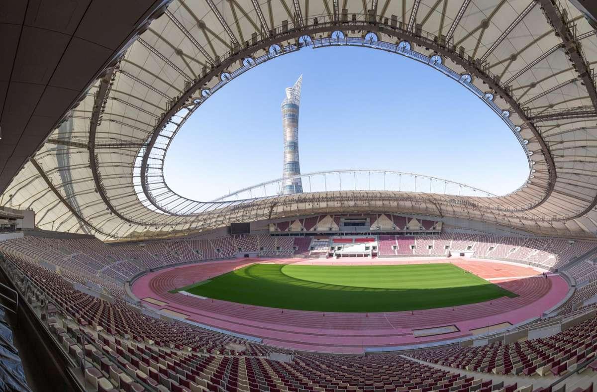 Blick in das Khalifa International Stadion. Katar ist Gastgeber der Fußball-Weltmeisterschaft 2022 (Archivbild) Foto: dpa/Sharil Babu