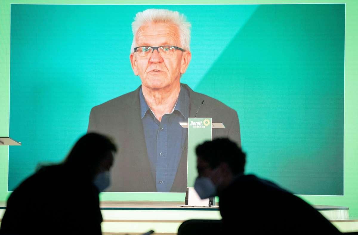 Ministerpräsident Winfried Kretschmann mit seiner Videobotschaft beim Bundesparteitag der Grünen. Foto: dpa/Kay Nietfeld