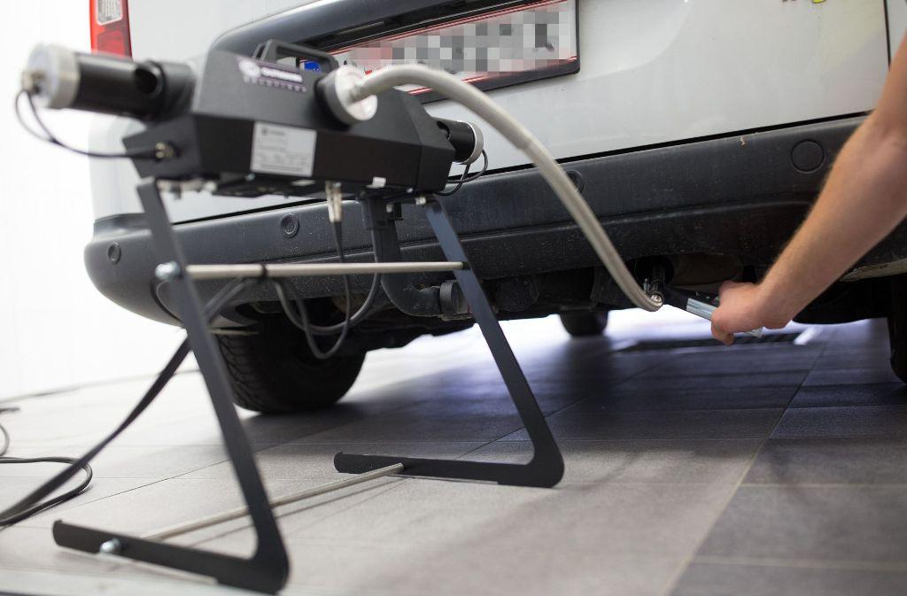 Entscheidend ist, was hinten rauskommt: Abgasmessung bei einem Dieselfahrzeug. Foto: dpa